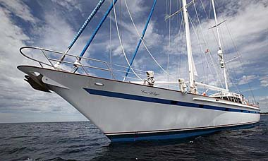 Reduced rates for the crewed sailing yacht FREE WINGS in Italy